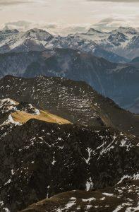 Blick auf schneebedeckte Berggipgel von oben